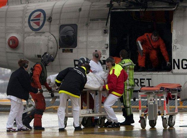 Vrtulník zachraňuje námořníky z potopené ruské rybářské lodi Koralnes