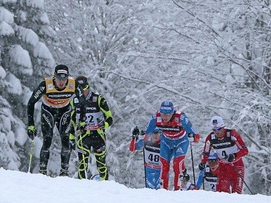 Švýcar Dario Cologna na špici závodu v ruském Soči.