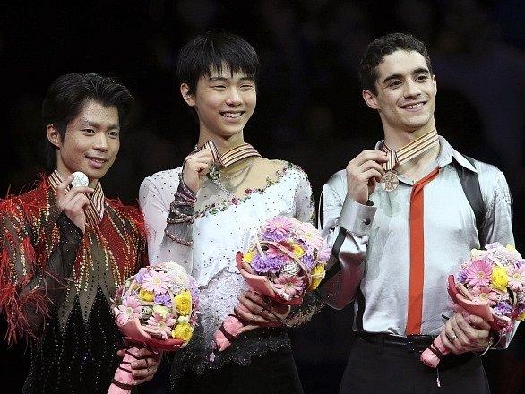 Tři nejlepší krasobruslaři - Juzuru Hanju se zlatem (uprostřed)