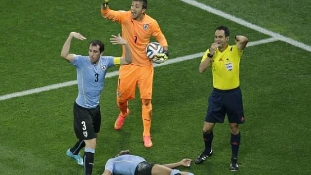 Álvaro Pereira ležel bezvládně na hřišti. Zápas s Anglií přesto dohrál