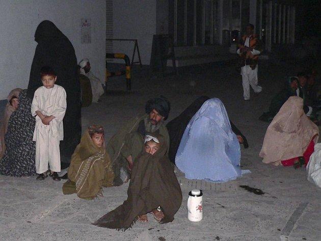 Zemětřesení, které ve středu postihlo provincii Balučistán, má na svědomí podle posledních odhadů už kolem 300 obětí. Mnoho lidí zůstalo také bez domova.