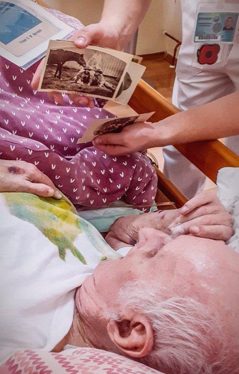 Pan Hladík si prohlíží album, kterému mu to Ústřední vojenské nemocnice doručila na začátku ledna Tereza Kohutová