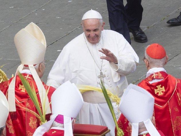 Papež František dnes mší pod širým nebem na Svatopetrském náměstí ve Vatikánu zahájil předvelikonoční svatý týden.