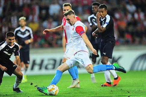 Fotbalové utkání Evropské ligy mezi celky SK Slavia Praha a FC Girondins Bordeaux  20. září v Praze. Jaromír Zmrhal.
