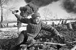 Sovětský voják se připravuje k hodu granátem