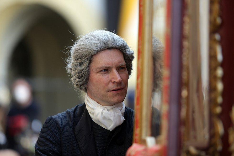 David Švehlík u historického kočáru.