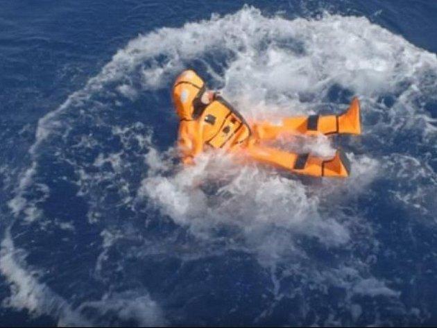 Fotografie ministryně vznášející se na vlnách v oranžovém záchranném obleku se dočkala množství kritických komentářů.