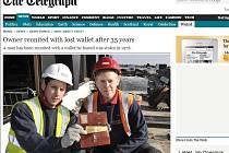 Dělníci Tony Noe a Richard Thompson s peněženkou ztracenou před 35 lety