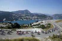 Peloton jezdců v horách během 18. etapy Tour de France.