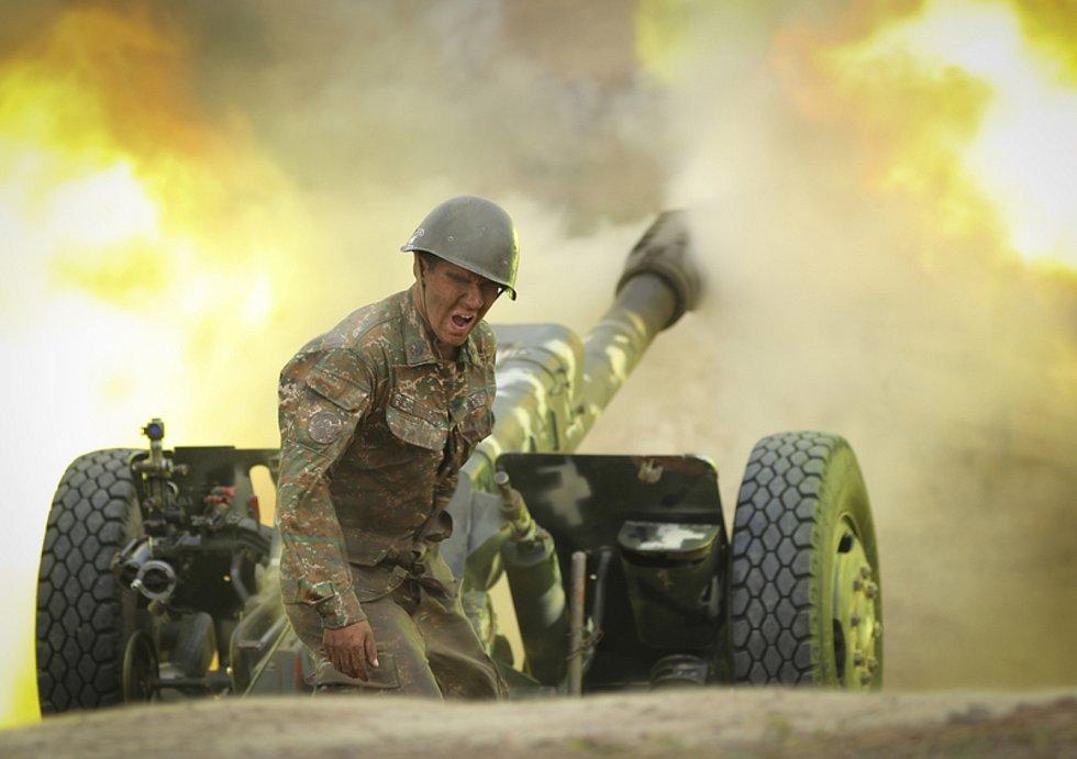 Arménské dělostřelectvo během bojů v Náhorním Karabachu 29. září 2020