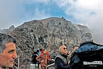 PROBUDÍ SE SOPKA? Turisté spolu s vědci obhlížejí kráter Vesuvu. Může se vzbudit kdykoli.