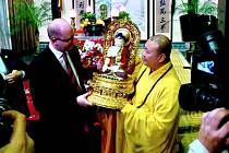 DAR. Premiér Bohuslav Sobotka dostal od mnichů v šanghajském klášteře Nefritového Buddhy sošku.