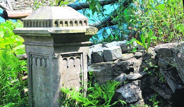 Hraniční kámen rodiny Weiglů na dvoře statku nynějšího majitele Jaroslava Vítka (vpravo).