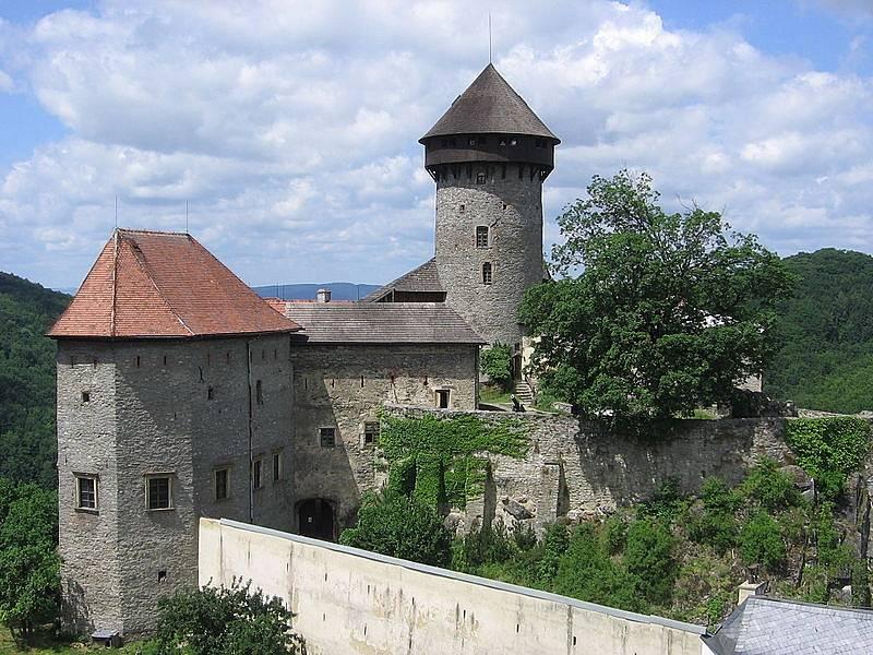 Sovinec. Nejrozsáhlejší hradní komplex v Jeseníkách stojí na skalnatém výběžku nad stejnojmennou obcí od počátku čtrnáctého století.