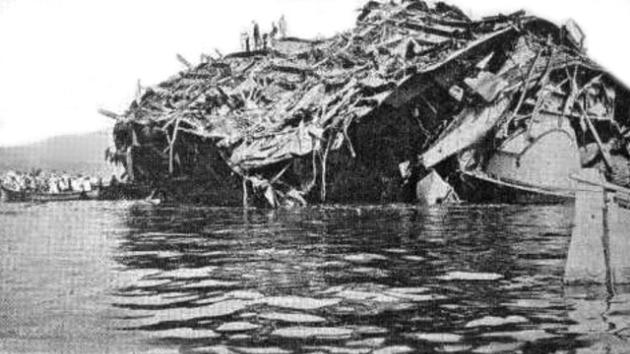 Vrak bitevní lodi Liberté po výbuchu. Loď skončila v toulonském přístavu v troskách, poškozeny byly i další lodě
