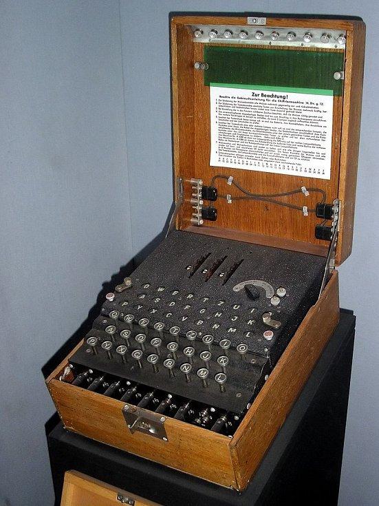 Armádní Enigma se třemi rotory z londýnského muzea Imperial War Museum