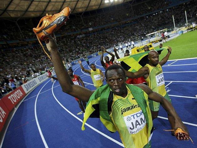 Atlet Usain Bolt získal na světovém šampionátu v Berlíně třetí zlatou medaili, když pomohl jamajské sprinterské štafetě k triumfu na 4x100 metrů.