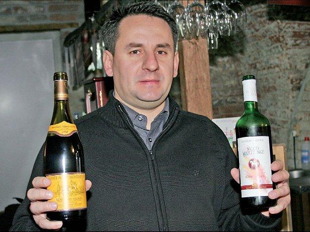 Z FRANCIE, NEBO MORAVY? Sommelier Libor Nazarčuk drží v rukou rivaly. Beaujolais Nouveau (vlevo) a Svatomartinské víno.