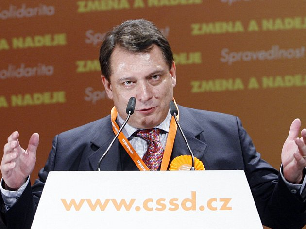 Delegáti sjezdu ČSSD zvolili svým předsedou Jiřího Paroubka. Hlas mu odevzdalo 531 sociálních demokratů, což je 74 procent. Výrazně si tak oproti roku 2007 polepšil. Tehdy pro něj zvedlo ruku 60 procent delegátů.