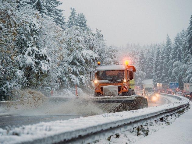 První sníh v Bavorsku a v alpských oblastech způsobil značné problémy.