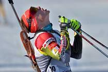 Biatlonista Ondřej Moravec se raduje z triumfu v závodu SP v Oslu.