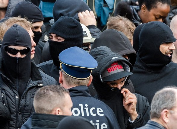 Pietní shromáždění v Bruselu narušili extremisté.