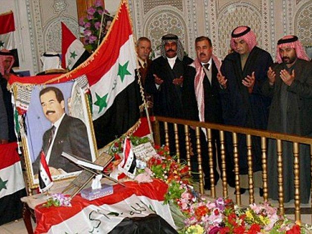 Irácké vládě není po chuti údajně rostoucí příliv návštěvníků, kteří přicházejí ke hrobu bývalého diktátora Saddáma Husajna v jeho rodné vesnici Audža u Tikrítu. Nařídila proto sunnitskému klanu Albá Násir, jehož byl Saddám příslušníkem, aby hrob uzavřel