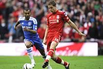 Ashley Cole (vlevo) v souboji o míč s Jordanem Hendersonem z Liverpoolu.
