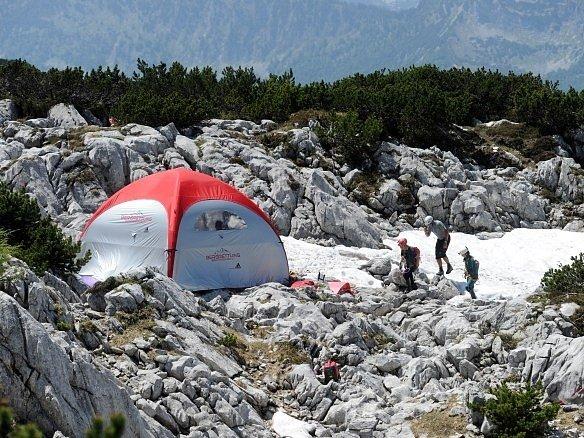 Dvaapadesátiletý speleolog Johann Westhauser uvízl v téměř kilometrové hloubce složitého systému nedaleko Berchtesgadenu v bavorských Alpách, když na něj spadl kámen.