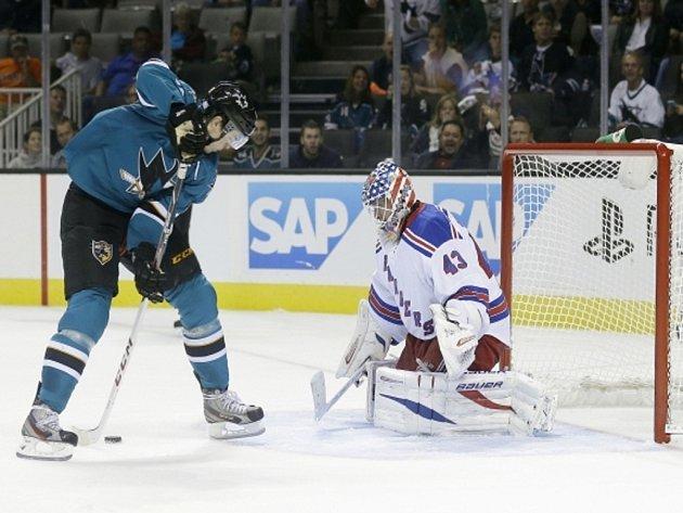 Tomáš Hertl ze San Jose si proti Rangers dovolil i gólovou parádičku, při které skóroval s hokejkou mezi nohama.