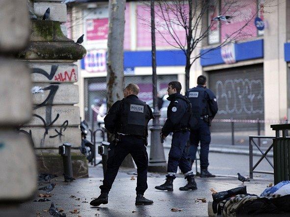 Policisté vyzvali obyvatele v okolí místa činu, aby zavřeli okna a nevycházeli na balkóny.