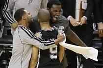 Tony Parker (9) slaví koš v poslední vteřině druhé půlky finálového zápasu proti Miami. Jeho San Antonio Spurs nakonec vyhráli 92-88