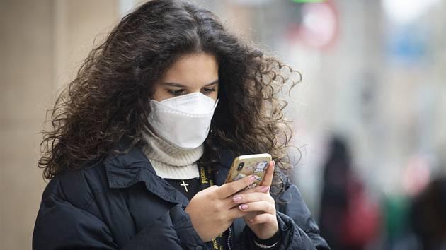 Žena s respirátorem na snímku pořízeném 16. března 2021 v Praze