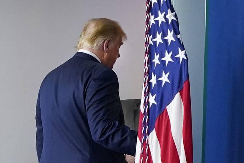 Americký prezident Donald Trump odchází od řečnického pultíku po projevu v Bílém domě na snímku z 5. listopadu 2020.