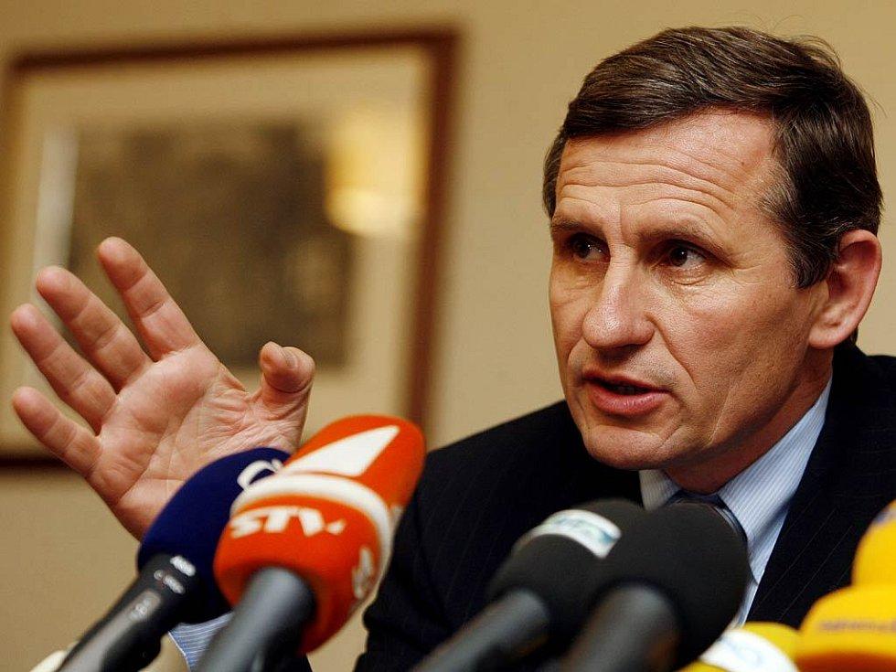 Jiří Čunek na tiskové konferenci kategoricky odmítl, že by v devadesátých letech zneužíval sociální dávky.