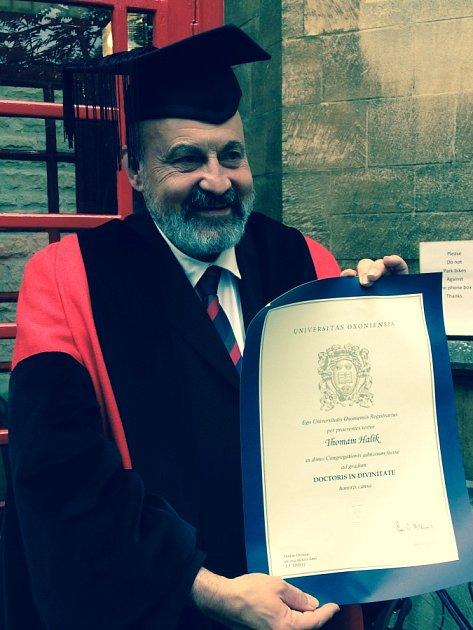 Teolog Tomáš Halík převzal čestný doktorát Oxfordské univerzity zrukou kancléře lorda Chrise Pattona. Stal se čtvrtým Čechem, jemuž se této cti dostalo.