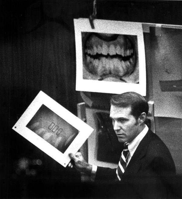 Klíčový důkaz. Soudní znalec Richard Souviron u soudu v Miami v roce 1979 ukazuje dentální záznamy vraha Teda Bundyho. Šlo o klíčový důkaz v procesu týkajícím se vražd a napadení studentek na koleji sesterství Chi Omega. Bundy totiž některé oběti pokousal