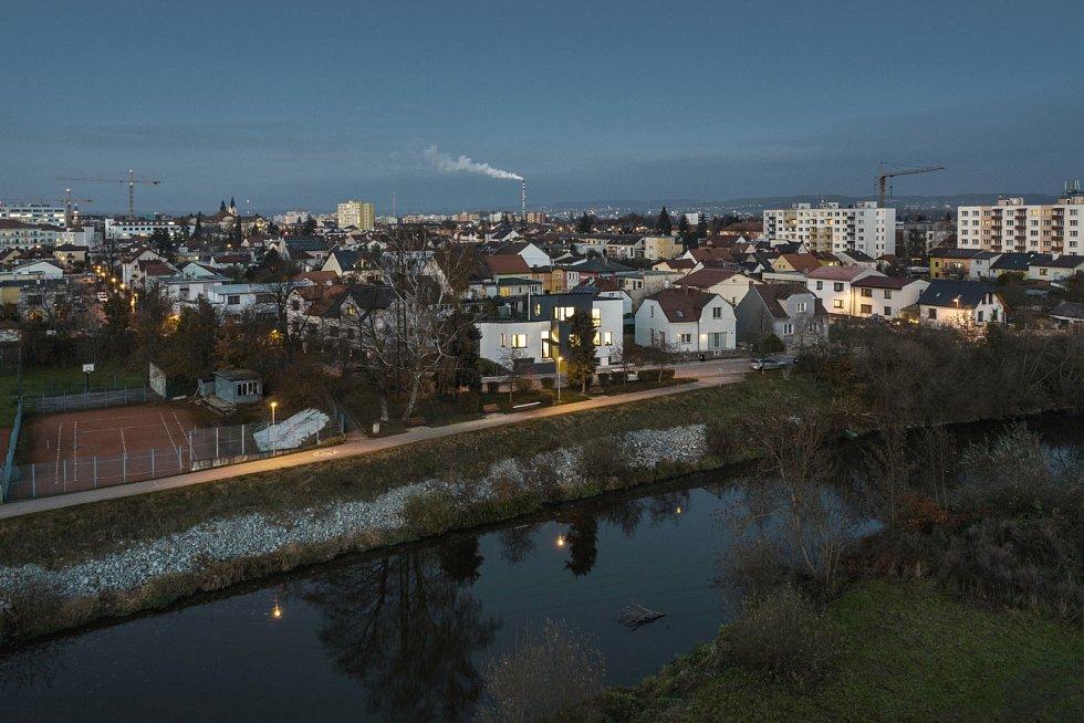 Dům stojí v příjemné klidné čtvrti se spoustou zeleně, pár kroků od Vltavy.