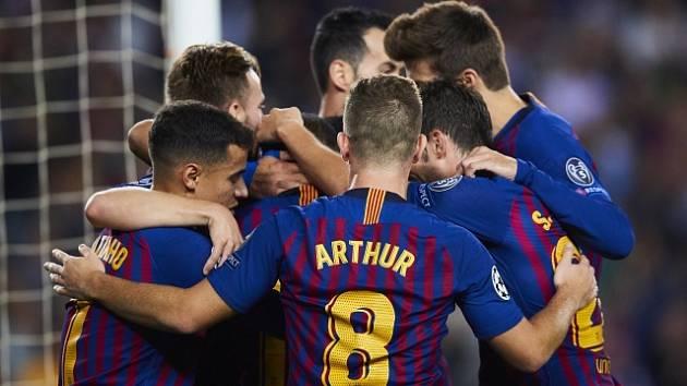 Fotbalisté Barcelony se radují z gólu.