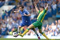 Frank Lampard z Chelsea (vlevo) se snaží prosadit proti Norwichi.