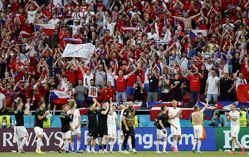 Čeští fanoušci se s reprezentačním týmem radují z vítězství.