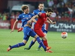 Sener Ozbayrakli z Turecka (v červeném) proti Islandu.