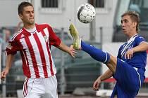 Fotbalisté Ústí nad Labem (v modrém) proti Viktorii Žižkov.