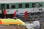 Záchranáři odnášejí zraněné do vrtulníků a sanitek.