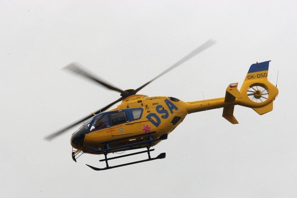 Zraněné odvážel hlavně vrtulník.