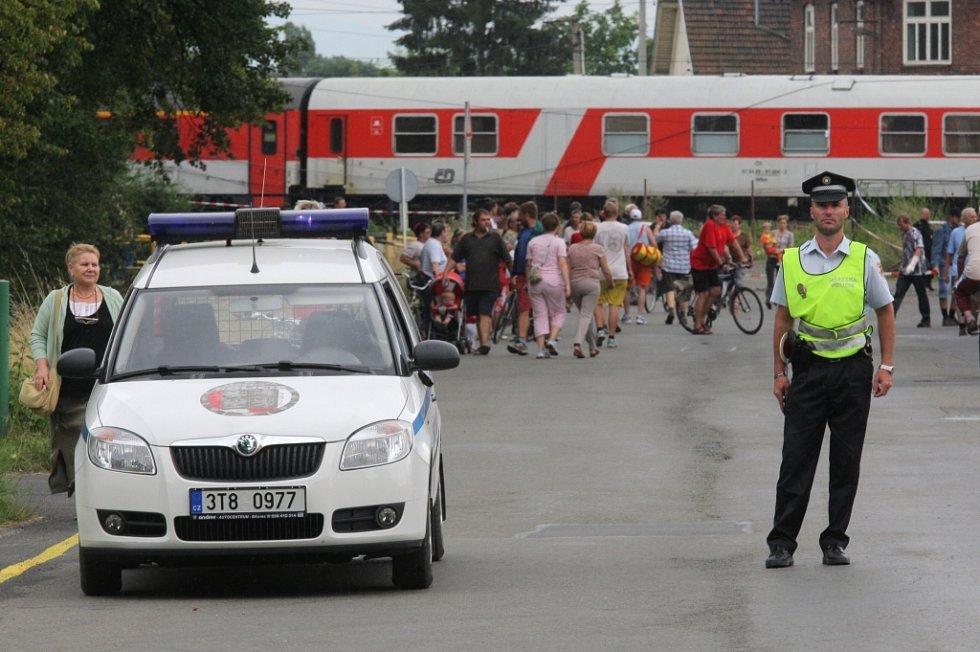 Policie koordinovala dopravu poblíž trati.
