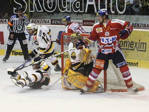 Hokejisté Litvínova (v bílém) si poradili s Pardubicemi.