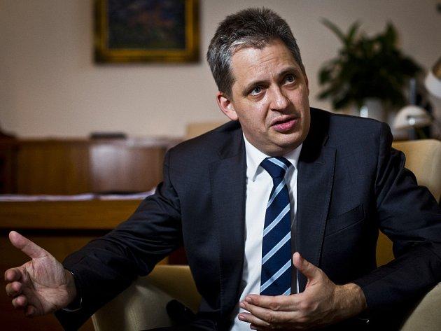 Ministr pro lidská práva, rovné příležitosti a legislativu Jiří Dienstbier (ČSSD).