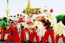 Skupina čínských dračích tanečníků v kambodžské metropoli Phnom Penhu.