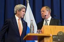 Ministr zahraničí John Kerry v Ženevě na tiskové konferenci s šéfem ruské diplomacie Sergejem Lavrovem.